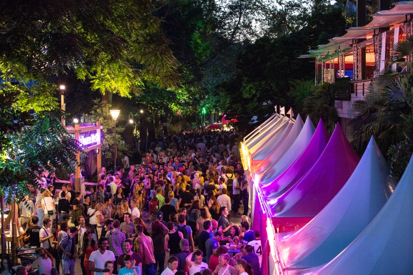 A pretty normal evening at the festival: foodstands and loads of music lovers